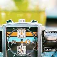 Jamais bien loin dans l'avant-garde suisse des fabricants de montre de luxe, Tag Heuer fait la révolution du marché en 1969 avec une montre au design révolutionnaire : la Tag Heuer Monaco Gulf. Comme son nom l'indique, voici l'histoire d'une montre résolument sportive, portée et magnifiée par les plus grands, et aujourd'hui tout simplement : mythique.  Retrouvez notre e-boutique en bio !  #tagheuer #monacogulf #bracelet #montre #watch #strap #paris